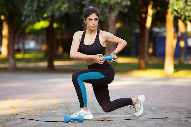 街の通り、夏の日の女性アスリートトレーニング。コンセプトスポーツ、健康的なライフスタイル。