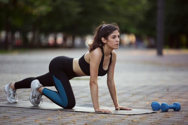 街の通りでトレーニングする女性アスリート