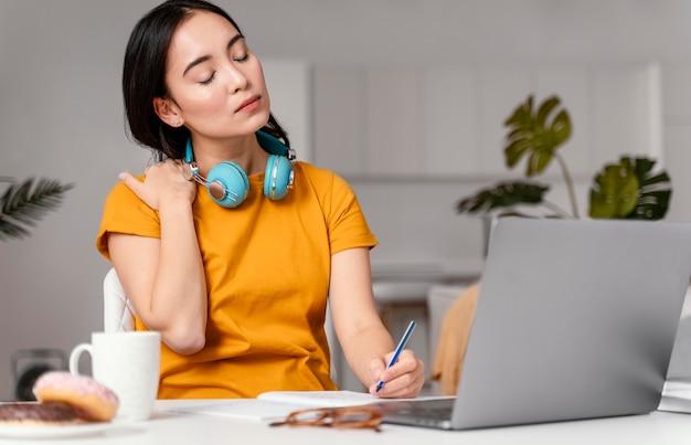 온라인 수업에 참석하는 여자