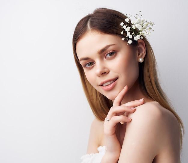 モダンなスタイルの髪の女性の魅力的な外観の花