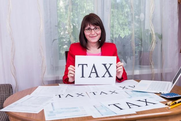 1040 양식 및 단어 세금을 가진 여성 감사관
