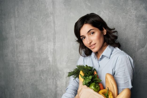 Женщина осенние рубашки пакет с продуктами супермаркет здорового питания