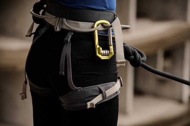 Спинка женщины оснащена специальным нарядом для слеклайна