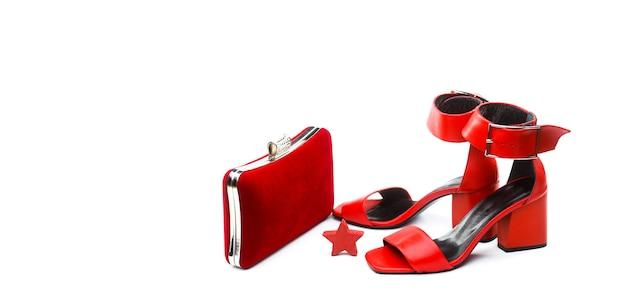 女性バッグ。レディースバッグとスタイリッシュな赤い靴。カラフルな革の靴の小剣。スタイリッシュなクラシックな女性の革の靴。ハイヒールの女性の靴とバッグ。スタイリッシュな赤い女性の革のサンダルの靴。