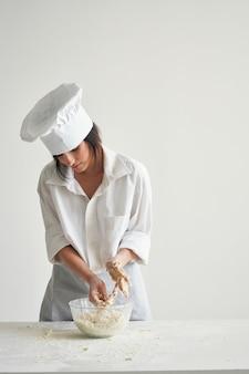 焼き菓子の宿題の専門家を調理する女性のパン屋