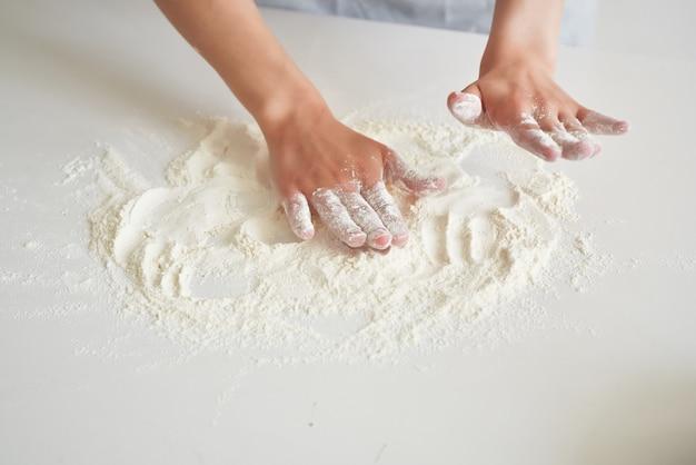 女性のパン屋の小麦粉のプロの仕事の料理