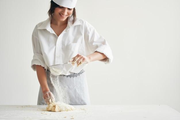 요리사 제복을 입은 여성 베이커 요리 식품 주방 밀가루 제품