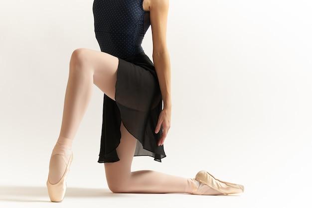 Женщина балерина танцует элегантный стиль роскоши