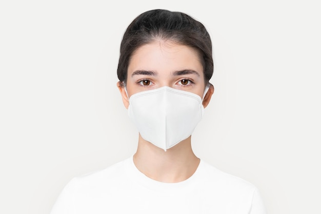 Donna in maschera bianca di base per la campagna di protezione covid-19