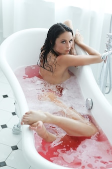 Donna nella vasca da bagno