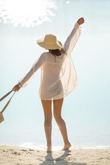 女性のビーチでの休暇