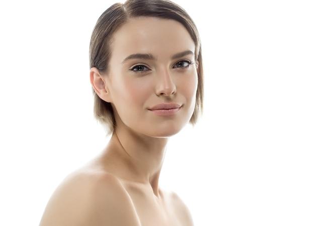 Красивое лицо женщины с естественным макияжем чистой кожи