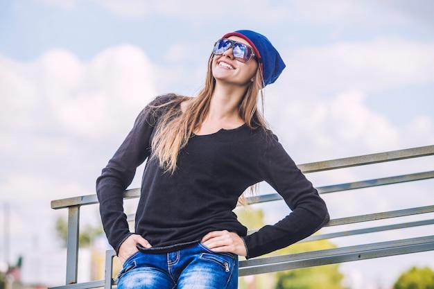 도시에서 모자와 선글라스에 여자 아름 다운 모델. 스타일, 캐주얼, 패션, 도시