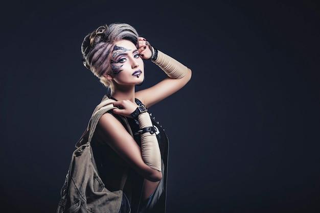 특이하고 세련된 옷의 얼굴에 바디 아트와 여자 아름다운 모델