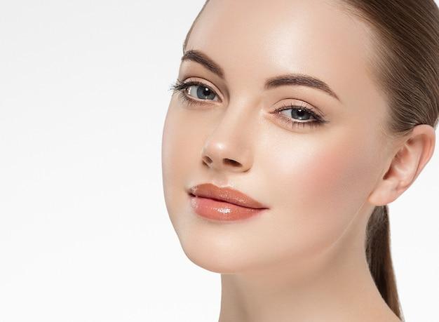 건강한 피부 흑인과 백인 흰색 절연 여자 아름다움 얼굴 초상화. 스튜디오 촬영.