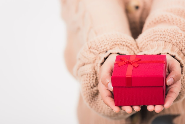 Женщина красоты руки держа подарочную коробку подарка