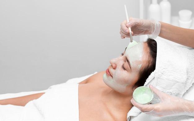Donna al salone di bellezza per il trattamento del viso