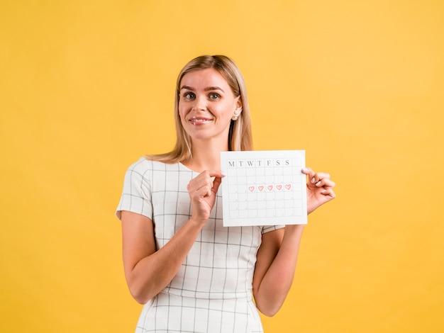 Donna che è felice per le sue mestruazioni