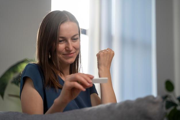 否定的なcovidテスト結果を得た後に幸せな女性