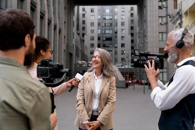 야외에서 인터뷰 중인 여성