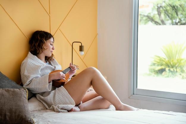 自宅で隔離されている女性