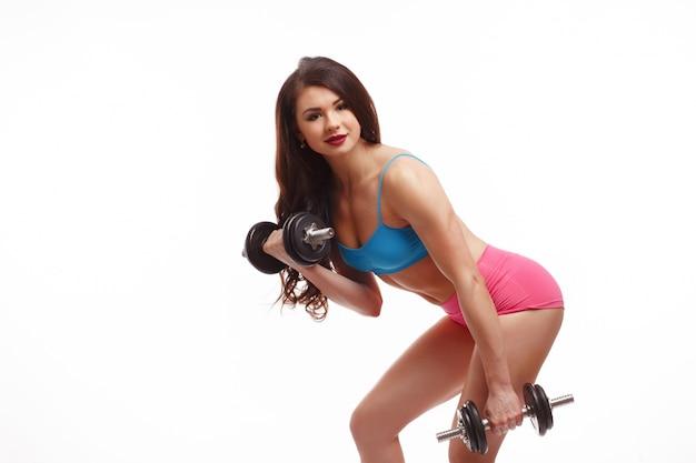 La donna piegata con i pesi