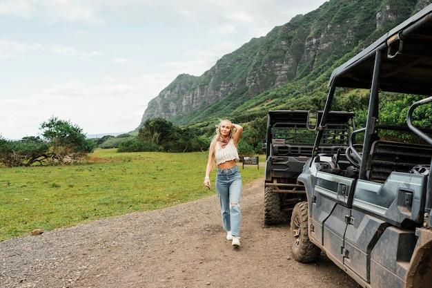 Женщина рядом с автомобилем джип на гавайях