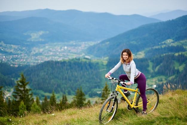 Велосипедист женщина на велосипеде в горах