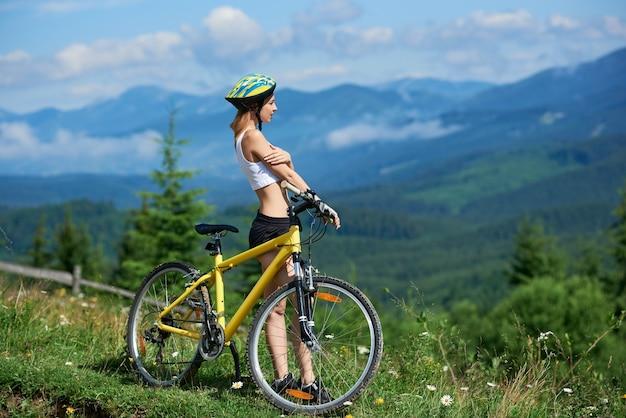 山で自転車をサイクリングする女性の自転車乗り