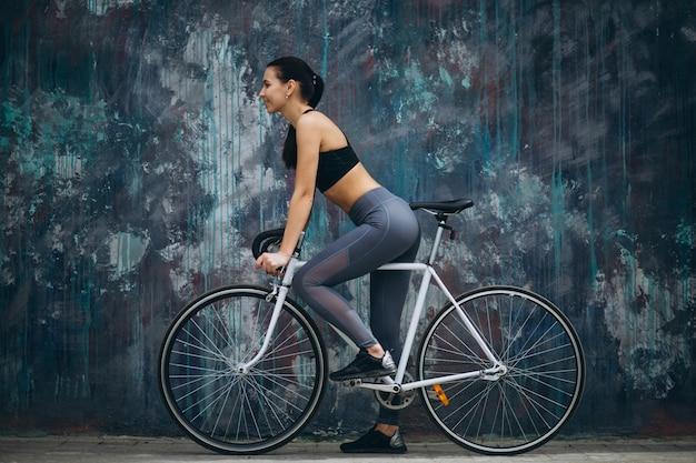 도시에서 자전거를 타는 여자