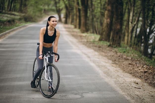 森の中の女性バイク