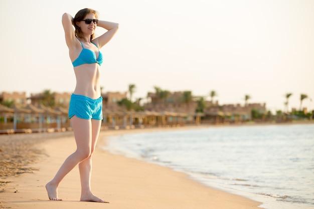 Donna in bikini in spiaggia