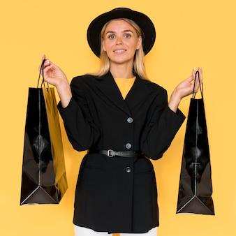 Donna sulla vista frontale di vendita venerdì nero