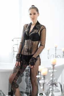 Donna in lingerie nera