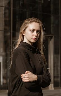 Donna in camicia nera a maniche lunghe