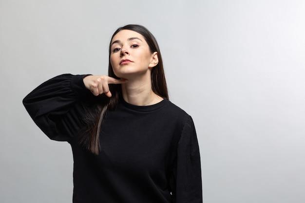 La donna in maglione nero minaccia