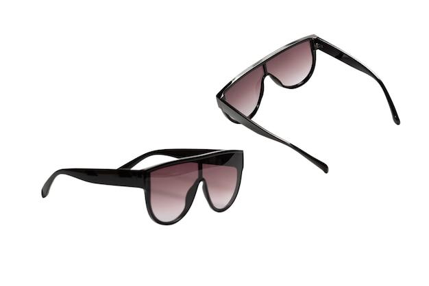 Женщина черные модные солнцезащитные очки, изолированные на белом фоне.