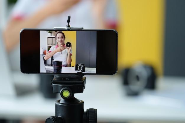 여성 블로거, 고품질 촬영을 위한 사진 장비 및 렌즈 검토