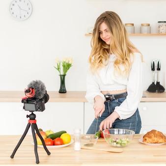 家で料理をする女性のブロガー
