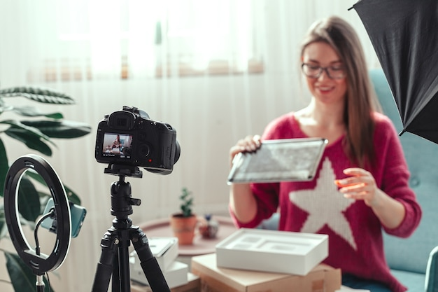 女性ブロガーが自宅でガジェットを開梱する動画を作成