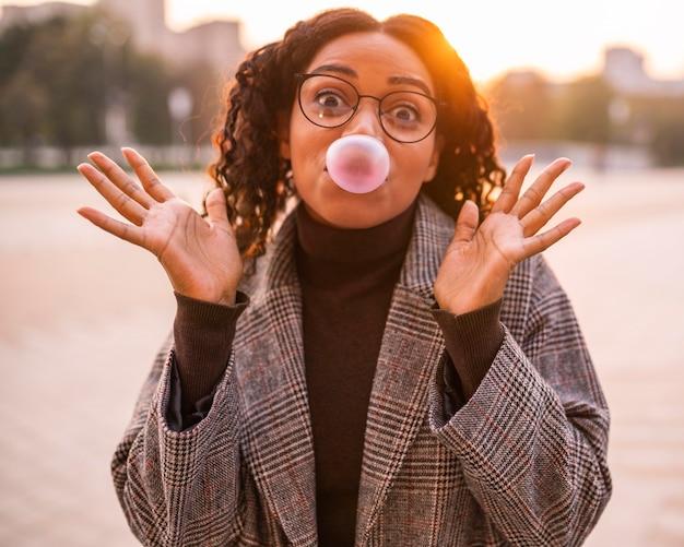 Donna che soffia bolle all'aperto