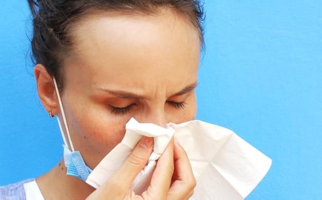 鼻をかむ女性