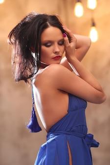Donna in abito blu