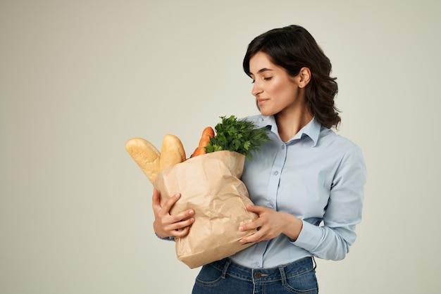 女性の青いシャツパッケージ食料品ショッピングスーパーマーケットのライフスタイル