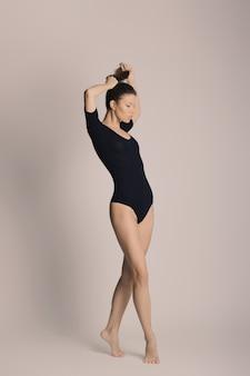 Красота женского тела, девушка в хлопчатобумажном нижнем белье, молодая стройная модель