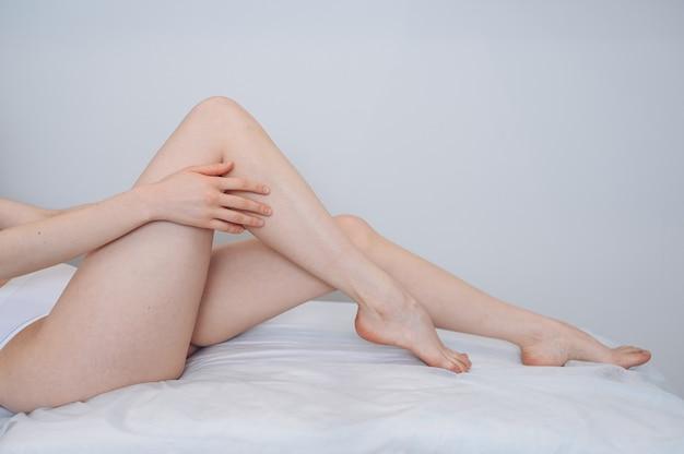 完璧な滑らかな柔らかい肌のペディキュア健康な長い女性の日焼けした脚の女性の体のケアのクローズ アップ