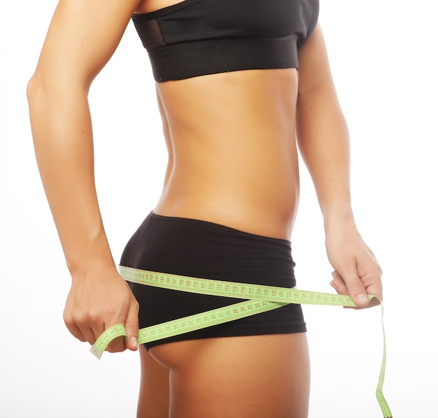 Часть тела женщины измеряется. изолированные на белом.