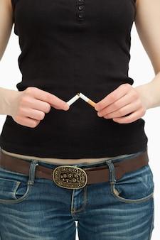 그녀의 손으로 담배를 끊는 여자