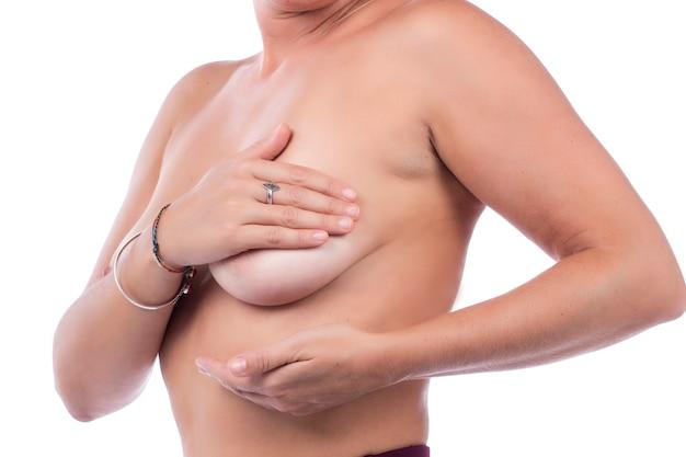 Женщина самостоятельный уход за грудью и обследование на предмет опухолей или странных симптомов.