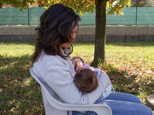 女性の母乳育児の赤ちゃん